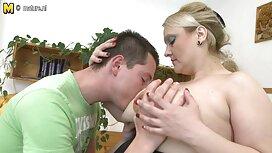 Giovane slut in occhiali mostra grandi tette si donne mature arrapate masturba.
